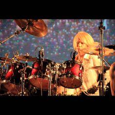 Shinya様のご尊顔撮れてた。こんなに見通しがいいドラムセット見たことある??! http://cameran.in/p/v1/uYl9ow8YYH