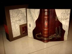In the begin of 2010 Polish Antiquarian Sobieski teamed up with local bookbinders to be able to push the art of bookbinding to a higher level. Next to a copy of the Lord of the Rings they also created the following amazing rebound copy of the Hobbit, together with a matching clamshell.