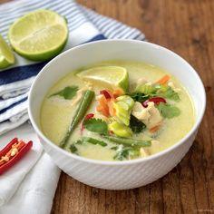 Deze Thaise kippensoep is een kiplekker soepje dat je op reis laat gaan in je eigen keuken. Het is een echte maaltijdsoep met de noedels. Thai Recipes, Soup Recipes, Chicken Recipes, Healthy Recipes, Thai Chicken, Chicken Soup, Bistro Food, I Want Food, Soups And Stews