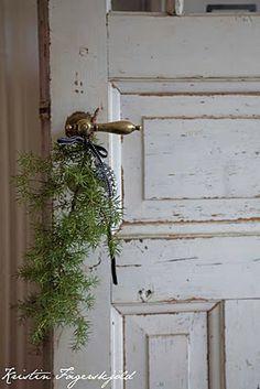 Natale è un ramo di sempreverde appeso alla maniglia. Meglio se un po' vecchiotta, e su una porta scortecciata (un pensiero di Sabrine, FRAGOLE A MERENDA)