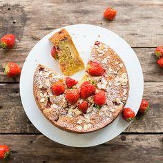Probieren Sie diese saftige Rührkuchen-Variante mit zwei Schichten aus Erdbeeren, Mandelblättchen und cremig-süßem Frischkäse.