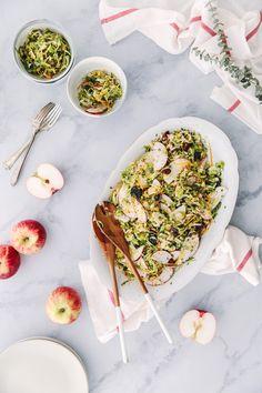 Si vous ne connaissez le chou de Bruxelles que dans sa version «bouilli et trop cuit», vous tomberez sous le charme de ces petits légumes apprêtés à la façon salade de chou.