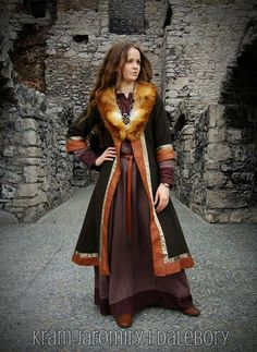 Though Fandals Kaftan is blue, I love the colour scheme and fur lining of this one. Actually, I may need to revise Fandal kaftan. This is gorgeous. Viking Garb, Viking Reenactment, Viking Dress, Viking Costume, Medieval Dress, Viking Cosplay, Fox Costume, Viking Clothing, Historical Clothing