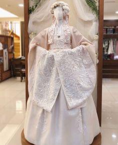 Seoul Korean X Dreams Country Korean Traditional Dress, Traditional Fashion, Traditional Dresses, Oriental Fashion, Ethnic Fashion, Korea Fashion, Japan Fashion, Hanbok Wedding, Korea Dress
