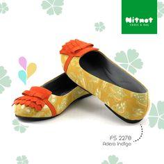 Flatshoes cantik dengan bahan batk cap halus. Sol karet anti selip.
