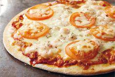 """Pizzapohja on helppo ja nopea tehdä itse. Hyvä pizzapohja on edellytys pizzan onnistumiselle, täytteet voi valita makunsa mukaan. Katso esimerkkejä täytevaihtoehdoista Koekeittiön """"Pizza"""" reseptistä. http://www.valio.fi/reseptit/pizzapohja-3/ #resepti #ruoka"""