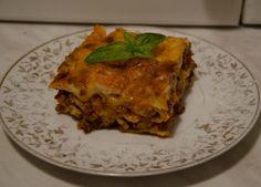 Ingrediente: foi de lasagna 200 de grame de mozzarella 100 de grame de parmezan Pentru sosul ragu: 700 de grame de carne de vita tocata o lingura de ulei de masline 2 cepe 2 morcovi medii 500 de gr...