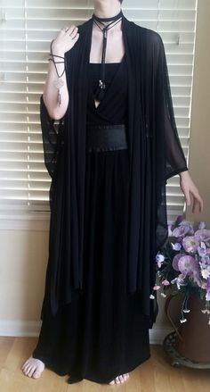 Black maxi dress with chiffon robe and wide belt. Witch Fashion, Dark Fashion, Gothic Fashion, Hippie Goth, Goth Outfit, Casual Goth, Gothic Mode, Moda Outfits, Business Outfit