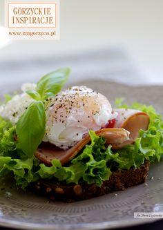 Na dobry początek dnia kanapka z ciemnego pieczywa z awokado, schabem szlacheckim i jajkiem w koszulce http://www.zmgorzyca.pl/gorzyckie-inspiracje/sniadanie/487-kanapka-z-jajkiem