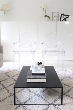 Homevialaura | livingroom | BoConcept Lugo coffee table | Ellos Tanger carpet | Kartell Louis Ghost chairs | Ikea Bestå