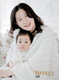 李英愛公開全家合影與龍鳳胎幸福春遊 - Yahoo!奇摩名人娛樂
