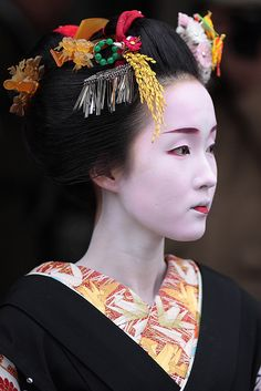 faith-in-humanity: beautiful / japanese / girl / beauty / black : maiko (geisha apprentice) kyoto, japan 舞妓 杏佳さん by momoyama on Flickr.