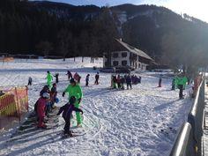 Die Skikids in Lackenhof am Ötscher machen sich warm für ihre erste Abfahrt (c) Ötscherlift Gesellschaft m.b.H. Street View, Vacation, Winter, Outdoor, Ski Resorts, Ski, Winter Time, Outdoors, Vacations