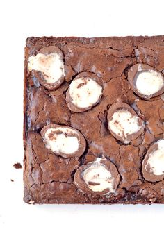 If you love chocolate and Easter eggs, then these Cadbury Creme Egg Brownies are for YOU! Gooey brownies that have creme eggs IN the batter and on top! Fudgy Brownie Recipe, Gooey Brownies, Brownie Recipes, Chocolate Brownies, Dessert Recipes, Easter Recipes, Cadbury Easter Eggs, Oreo, Best Chocolate Desserts