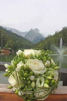 Brautstrauß vor den Waxensteinen - Hochzeit in Grün und Weiß im Riessersee Hotel Garmisch-Partenkirchen Bayern, Regenhochzeit im Sommer, Wedding Bavaria - wedding green white