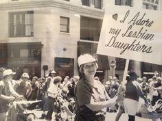 Senhora de 92 anos usa a mesma placa na Parada do Orgulho Gay desde 1970