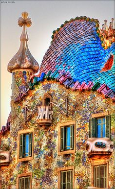 Casa Batlló -- built between 1904 and 1906, as architected by Antoni Gaudí, one of many of his buildings in Barcelona (official site: www.casabatllo.es/en). Gaudí gave Casa Batlló a facade that is original, fantastical and full of imagination. He anticipates architectural change to rationalism, of 30 years later, with its modern notion of ventilation. Photo © Yeray Vargas (@varg4s_com) of Santa Cruz de Tenerife, Canary Islands, Spain (his site: yerayvargas.com/), from Flickr.