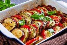 Omas bunter Zucchini Auflauf ist mit nur 12 Kohlenhydraten der perfekte Abnehm Auflauf, der nicht nur Vegetariern schmeckt. Veggie Recipes, Healthy Recipes, Veggie Food, Ratatouille, Sushi, Veggies, Ethnic Recipes, Cooking Recipes, Zucchini Cobbler