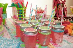 Super cute mason jar drink cups with cupcake liners as covers! Genius!