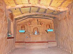 """Interior """"Iglesia de Nuestra Señora del Rosario"""", El Altar es totalmente de adobe, la más antigua de Catamarca construida por mano de obra diaguita en 1712. """"Ruta del Adobe"""" Anillaco. Catamarca. Argentina"""