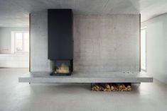 Zur einen Seite liegt der Kamin, zur anderen eine Küchenzeile | Christine Remensperger ©Antje Quiram, Stuttgart