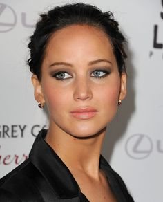 Jennifer Lawrence has been experimenting with darker eye makeup looks to mesh with her dark brunette locks. Description from popsugar.com. I searched for this on bing.com/images