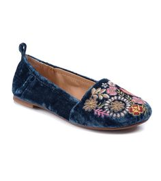 5e09fab9c69c Discover the latest shoe trends from Footwear Unlimited brands including  Baretraps