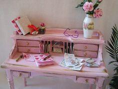 Dollhouse miniature Shabby Desk and Chair in Pink par MiniAbuela