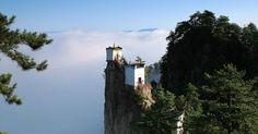Ngôi đền 500 năm cheo leo trên đỉnh núi rộng 6m