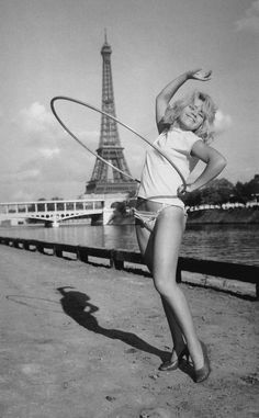 Démonstration De Hula-Hoop at the Eiffel Tower, Paris 1958 Photo: UPI Old Paris, Vintage Paris, Tour Eiffel, Vintage Photographs, Vintage Images, Vintage Pictures, Old Pictures, Old Photos, La Rive