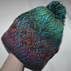 Hat with pom pom - interesting stitch and color detail. Loom Knitting, Knitting Stitches, Knitting Designs, Knitting Projects, Crochet Projects, Knitting Patterns, Crochet Patterns, Crochet Woman, Knit Crochet