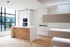 Zowel de maatwerk keuken als de traptreden zijn gemaakt van HI-MACS® Solid Surface. Realisatie: Houtwerk meubelontwerp en realisatie. Meer weten over HI-MACS? kijk dan op onze website: www.baars-bloemho...