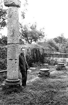 Camus a Tipasa (Algeria) Nobel Prize In Literature, Nobel Prize Winners, Writers And Poets, Book Authors, Books, Green Landscape, Film Director, Cool Photos, History