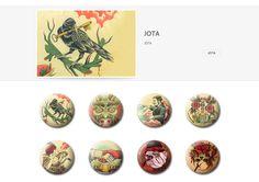 Colección de chapas que Jota expuso en la primera convocatoria de ARTtoGo organizada por PinPonGo