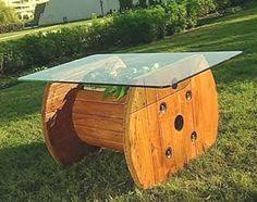 Mesa de centro com madeira reaproveitada com tampo em vidro temperado.