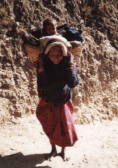 Zo wandelt men in Nepal Alles op de rug en met blote voeten.