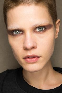 Givenchy Fall 2016 Ready-to-Wear Fashion Show Beauty Trendy Fashion, Fashion Beauty, Fashion Show, Fashion Ideas, Bleached Eyebrows, Models Backstage, Show Beauty, Beauty Photos, Fall 2016