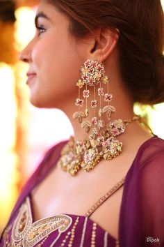 Beautiful Delhi Wedding With A Bride In Offbeat Outfits Indian Jewelry Earrings, Indian Jewelry Sets, Fancy Jewellery, Jewelry Design Earrings, Indian Wedding Jewelry, Indian Jewellery Design, Bridal Jewelry Sets, Bridal Jewellery, Indian Bridal