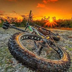 Discover recipes, home ideas, style inspiration and other ideas to try. Fat Bike, Cycling Art, Road Cycling, Cycling Quotes, Cycling Jerseys, Bmx, Mtb Enduro, Hardtail Mtb, Bike Wallpaper