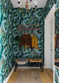 Papier-peint exotique et couleurs fortes pour un petit appartement suédois - PLANETE DECO a homes world Entrance Ways, Decoration, Inspiration, Design, Wall Papers, Mural Wall, Colors, Home Ideas, Walls