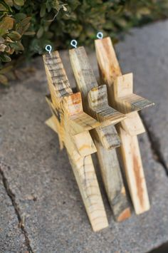 Wooden Christmas Crafts, Wooden Christmas Decorations, Pallet Christmas Tree, Wood Ornaments, Wooden Crafts, Craft Stick Crafts, Rustic Christmas, Christmas Art, Christmas Projects