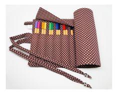 Estojo porta lápis de cor ou canetas, feito em tecido de algodão, com 18 divisórias de aproximadamente 3 cm cada, ideal para acomodar 36 canetas ou 54 lápis de cor. Para fechar é só enrolar e amarrar, uma fofura e super útil! <br>**OS LÁPIS DE COR/CANETAS NÃO ACOMPANHAM O ESTOJO