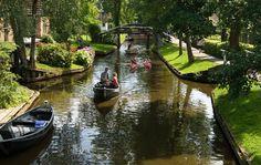 Para chegar em Giethoorn, os turistas devem deixar seus carros fora da vila, e seguir a pé ou de barco.