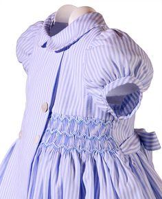 Lovely style and smocking Girls Smocked Dresses, Little Girl Dresses, Les Enfants Sages, Punto Smok, Couture Bb, Smocks, Smocking Patterns, Frocks For Girls, Pleated Fabric