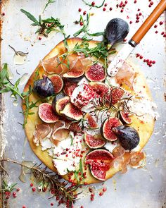 Pizza with figs, bresaola and goat's cheese Lizet-Hartley-Food-Fotografie-Pizza Steak And Kidney Pie, Micro Herbs, Italian Street Food, Balsamic Reduction, Pink Foods, Cheese Recipes, Goat Cheese, Wine Recipes, Italian Recipes