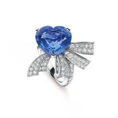 Noeud cœur solitaire, Bridal collection Platinum, round diamonds, a 9.80-carat heart-shaped sapphire (origin: Sri Lanka) Born out of the marriage of Estelle Arpels and Alfred Van Cleef, the Maison has always had a special affinity for shows of tender feeling. The Nœud cœur solitaire from the Bridal collection in platinum is adorned by a heart-shaped sapphire of 9.80 carats and diamonds.