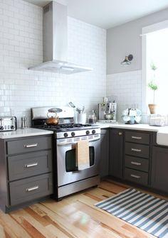cuisine-gris-bois-carrelage-mural-métro-blanc-carpette-rayée