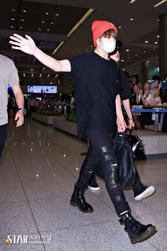 Jungkook ❤ Being Jins bodyguard @ Incheon Airport #BTS #방탄소년단