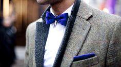 Costume gris, noeud papillon bleu électrique. Ca change !