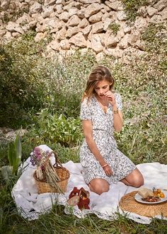 Photography Pics, Couple Photography Poses, Picnic Photography, Picnic Fashion, Anastasia Dress, Growing Up Girl, Aime Comme Marie, Picnic Outfits, Picnic Birthday